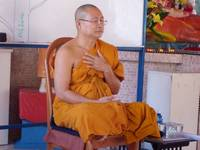 Ajahn-Suthep-Demonstrating-Advanced-Dynamic-Meditation